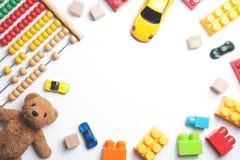 Πλαίσιο παιχνιδιών παιδιών στο άσπρο υπόβαθρο Τοπ όψη Επίπεδος βάλτε στοκ φωτογραφία με δικαίωμα ελεύθερης χρήσης