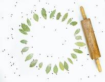 Πλαίσιο που γίνεται στρογγυλό από τα φύλλα κόλπων με βυθισμένος Τοπ όψη Στοκ Εικόνες