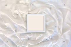 Πλαίσιο στο άσπρο μετάξι Στοκ φωτογραφία με δικαίωμα ελεύθερης χρήσης