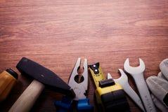 Πλαίσιο συνόρων εργαλείων εργασίας επί της ουσίας στον ξύλινο πίνακα Στοκ Φωτογραφίες