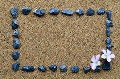 Πλαίσιο συνόρων με το αμμοχάλικο και το ρόδινο λουλούδι Στοκ φωτογραφία με δικαίωμα ελεύθερης χρήσης