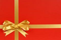 Πλαίσιο συνόρων δώρων Χριστουγέννων με τη χρυσά κορδέλλα και το τόξο Στοκ Φωτογραφίες