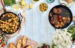 Πλαίσιο της ψημένης στη σχάρα μπριζόλας, λαχανικά, πατάτες, σαλάτα, πρόχειρα φαγητά, lem Στοκ φωτογραφία με δικαίωμα ελεύθερης χρήσης