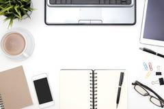Πλαίσιο του άσπρου επιτραπέζιου υποβάθρου γραφείων γραφείων Στοκ εικόνες με δικαίωμα ελεύθερης χρήσης