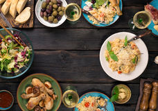 Πλαίσιο του risotto, σαλάτα, ορεκτικό, τυμπανόξυλα κοτόπουλου σε ξύλινο Στοκ φωτογραφίες με δικαίωμα ελεύθερης χρήσης