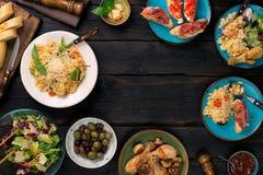 Πλαίσιο του risotto, ψημένα πόδια κοτόπουλου Πρόχειρα φαγητά στον ξύλινο πίνακα Στοκ εικόνες με δικαίωμα ελεύθερης χρήσης