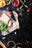 Πλαίσιο τροφίμων, ιταλικό υπόβαθρο τροφίμων, υγιής έννοια τροφίμων ή συστατικά για το μαγείρεμα των ζυμαρικών σε ένα εκλεκτής ποι Στοκ Φωτογραφίες