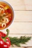 Πλαίσιο τροφίμων Πιάτα της μεσογειακής κουζίνας από τα λαχανικά και τις γαρίδες Στοκ Εικόνα
