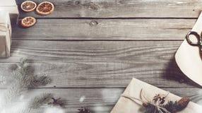 Πλαίσιο των αντικειμένων Χριστουγέννων στον ξύλινο πίνακα Στοκ Φωτογραφία