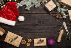 Πλαίσιο των αντικειμένων Χριστουγέννων στο σκοτεινό ξύλινο πίνακα Στοκ Φωτογραφία