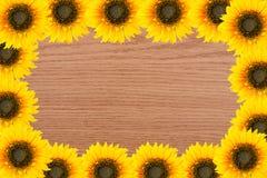 Πλαίσιο των εργαλείων και των λουλουδιών κήπων Κίτρινοι ηλίανθοι στην ξύλινη ΤΣΕ Στοκ φωτογραφία με δικαίωμα ελεύθερης χρήσης