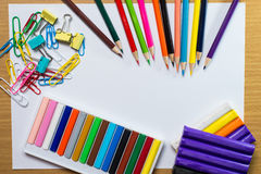 Πλαίσιο των ζωηρόχρωμων σχολικών προμηθειών και της τέχνης εκπαίδευσης εξοπλισμού Στοκ εικόνες με δικαίωμα ελεύθερης χρήσης