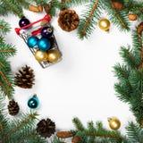 Πλαίσιο των κλάδων έλατου με τις διακοσμήσεις Χριστουγέννων στοκ εικόνες