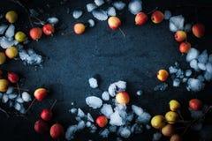Πλαίσιο των μήλων στο χιόνι στο σκοτεινό υπόβαθρο οριζόντιο Στοκ φωτογραφία με δικαίωμα ελεύθερης χρήσης