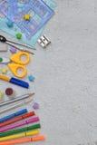 Πλαίσιο των σχολικών εξαρτημάτων και των προμηθειών: μολύβια, δείκτες, χρώματα, μάνδρες σε ένα ελαφρύ υπόβαθρο πίσω σχολείο επάνω Στοκ εικόνες με δικαίωμα ελεύθερης χρήσης