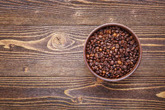 Πλαίσιο των φασολιών καφέ και του ξύλινου υποβάθρου πιάτων σύστασης Στοκ Εικόνες