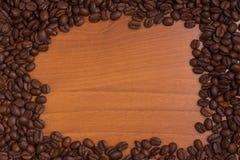 Πλαίσιο φασολιών καφέ πέρα από έναν ξύλινο πίνακα Στοκ εικόνα με δικαίωμα ελεύθερης χρήσης