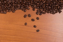 Πλαίσιο φασολιών καφέ πέρα από έναν ξύλινο πίνακα Στοκ Φωτογραφίες
