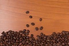 Πλαίσιο φασολιών καφέ πέρα από έναν ξύλινο πίνακα Στοκ Εικόνες
