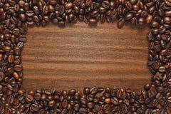 Πλαίσιο φασολιών καφέ στον ξύλινο πίνακα στοκ εικόνες