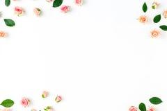 Πλαίσιο φιαγμένο από ρόδινα τριαντάφυλλα και πράσινα φύλλα floral πρότυπο καρδιών λουλουδιών απελευθέρωσης πεταλούδων κίτρινο Στοκ Φωτογραφία