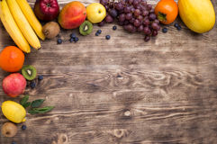 Πλαίσιο φρούτων στο ξύλινο υπόβαθρο Στοκ φωτογραφία με δικαίωμα ελεύθερης χρήσης