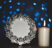 Πλαίσιο φωτογραφιών με τα μπλε αστέρια θαμπάδων και το καίγοντας κερί Στοκ εικόνες με δικαίωμα ελεύθερης χρήσης