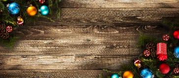 Πλαίσιο Χαρούμενα Χριστούγεννας με το πραγματικό ξύλινο πράσινο πεύκο και τα ζωηρόχρωμα μπιχλιμπίδια, Στοκ Εικόνα