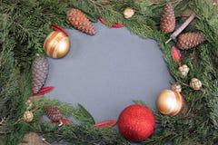 Πλαίσιο Χριστουγέννων αγροτικό με το δέντρο και τη διακόσμηση έλατου βελόνων Στοκ Φωτογραφία