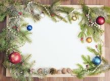 Πλαίσιο Χριστουγέννων με τις διακοσμήσεις και τις διακοσμήσεις Χριστουγέννων Στοκ Φωτογραφία