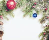 Πλαίσιο Χριστουγέννων με τις διακοσμήσεις και τις διακοσμήσεις Χριστουγέννων Στοκ φωτογραφία με δικαίωμα ελεύθερης χρήσης
