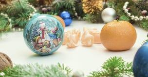 Πλαίσιο Χριστουγέννων με τις διακοσμήσεις και τις διακοσμήσεις Χριστουγέννων tangerines, γαρίφαλα Στοκ εικόνες με δικαίωμα ελεύθερης χρήσης