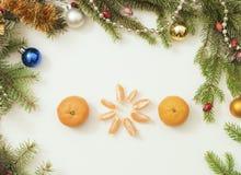 Πλαίσιο Χριστουγέννων με τις διακοσμήσεις και τις διακοσμήσεις Χριστουγέννων tangerines, γαρίφαλα Στοκ Εικόνες