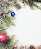 Πλαίσιο Χριστουγέννων με τις διακοσμήσεις και τις διακοσμήσεις Χριστουγέννων Στοκ Εικόνες