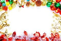Πλαίσιο Χριστουγέννων με τις διακοσμήσεις Χριστουγέννων και τις διακοσμήσεις και τη σπόλα Στοκ φωτογραφία με δικαίωμα ελεύθερης χρήσης
