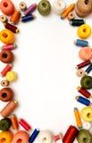 Πλαίσιο Copyspace με τα ράβοντας νήματα και τα κουβάρια Στοκ Φωτογραφία