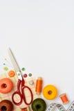 Πλαίσιο Copyspace με το ράψιμο των εργαλείων και των εξαρτημάτων Στοκ Φωτογραφίες