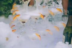 πλαισιωμένα σαμπάνια γυαλιά που καλύπτονται οριζόντια Σαμπάνια γαμήλιων φωτογραφικών διαφανειών για τη νύφη και το νεόνυμφο υπαίθ Στοκ φωτογραφίες με δικαίωμα ελεύθερης χρήσης