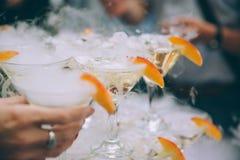 πλαισιωμένα σαμπάνια γυαλιά που καλύπτονται οριζόντια Σαμπάνια γαμήλιων φωτογραφικών διαφανειών για τη νύφη και το νεόνυμφο υπαίθ Στοκ Φωτογραφίες