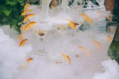 πλαισιωμένα σαμπάνια γυαλιά που καλύπτονται οριζόντια Σαμπάνια γαμήλιων φωτογραφικών διαφανειών για τη νύφη και το νεόνυμφο υπαίθ Στοκ Εικόνες