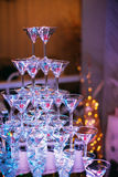 πλαισιωμένα σαμπάνια γυαλιά που καλύπτονται οριζόντια Σαμπάνια γαμήλιων φωτογραφικών διαφανειών για τη νύφη και το νεόνυμφο Ζωηρό Στοκ φωτογραφίες με δικαίωμα ελεύθερης χρήσης