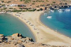 Πλαισιωμένη διπλάσιο παραλία Kolona σε Kythnos στοκ εικόνα με δικαίωμα ελεύθερης χρήσης
