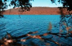 Πλαισιωμένο λίμνη υπόβαθρο φθινοπώρου της Νορβηγίας Στοκ εικόνες με δικαίωμα ελεύθερης χρήσης