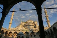 Πλαισιωμένο μπλε μουσουλμανικό τέμενος Στοκ φωτογραφία με δικαίωμα ελεύθερης χρήσης