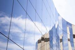 Πλακάκια γυαλιού στην πρόσοψη του εμπορικού κτηρίου στοκ φωτογραφία