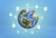 Πλανήτης Γη που τυλίγεται τα κοινωνικά εικονίδια δικτύων που συνδέονται από με τις διαστιγμένες γραμμές Στοκ Εικόνες