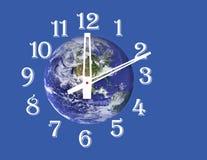 Πλανήτης Γη & ρολόι Απομονωμένος στο λευκό Στοκ φωτογραφία με δικαίωμα ελεύθερης χρήσης