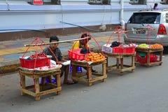 Πλανόδιοι πωλητές ακρών του δρόμου που πωλούν τους νωπούς καρπούς όπως η φράουλα σε Yangon το Μιανμάρ στοκ εικόνα