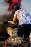 Πλανόδιοι πωλητές μιας Κίνας Σαγκάη μέσα στην επιλογή αγοράς. Στοκ φωτογραφία με δικαίωμα ελεύθερης χρήσης