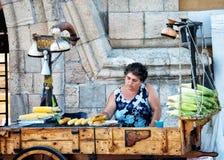 Πλανόδιος πωλητής γλυκού καλαμποκιού στη Ρόδο Ελλάδα στοκ φωτογραφία με δικαίωμα ελεύθερης χρήσης